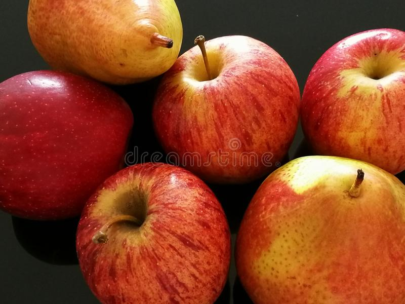 Груши и красные яблоки стоковое фото rf