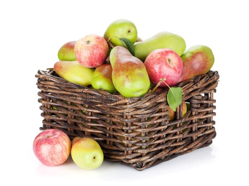 Груши и яблоки в корзине стоковое фото