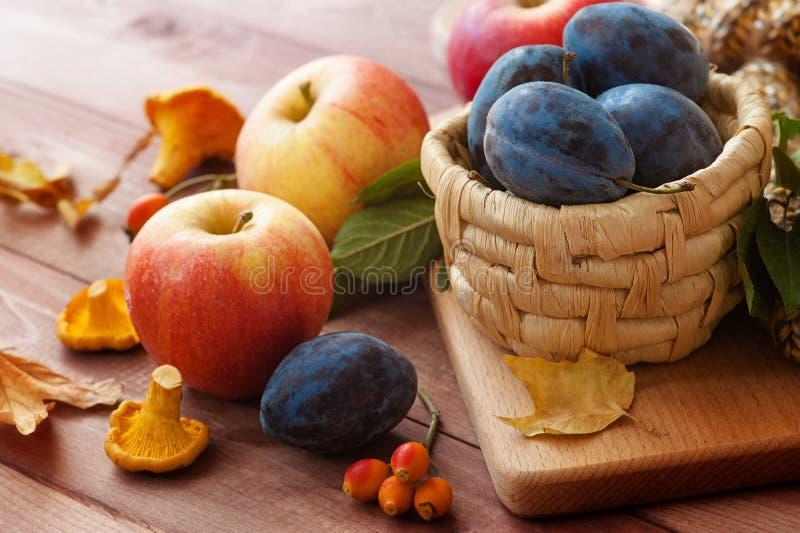 Груши сбора осени, яблоко, виноградины и листья желтого цвета на деревянном столе стоковое изображение rf