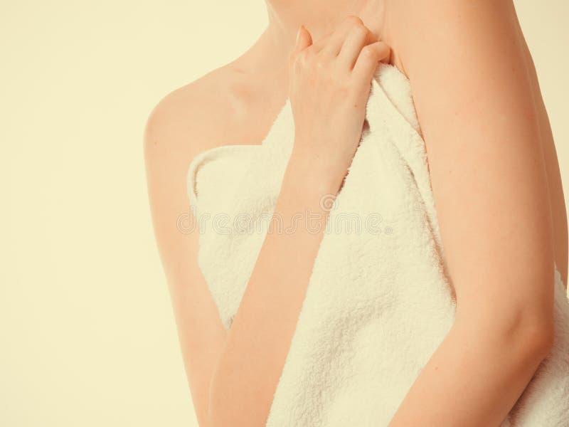 Грудь заволакивания женщины под полотенцем стоковое изображение