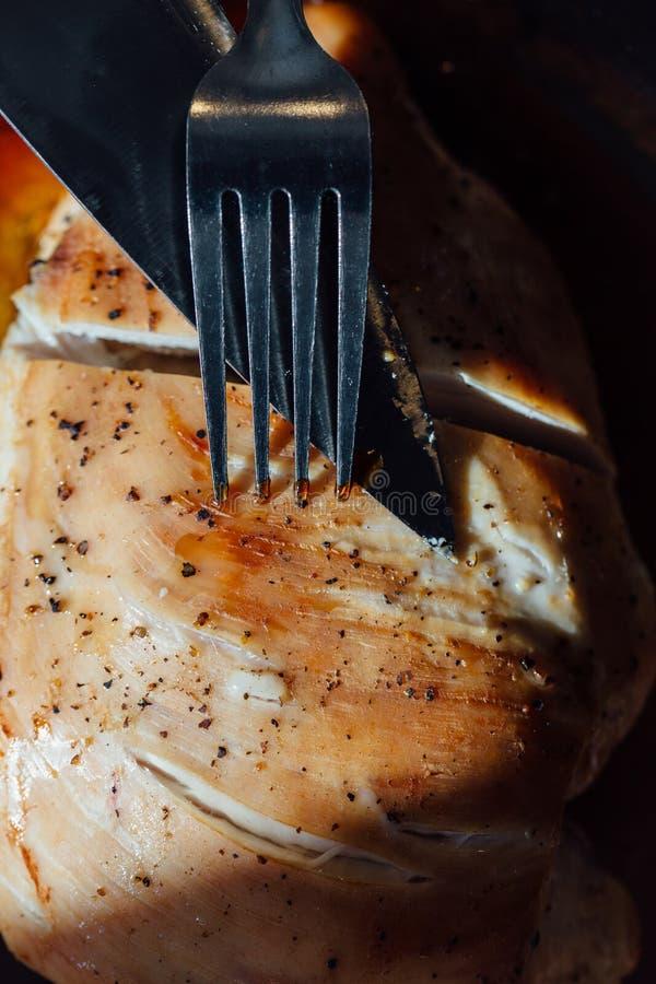 Грудь индюка с специями, розмаринового масла в соевом соусе Нож и вилка, первый проход стоковое изображение