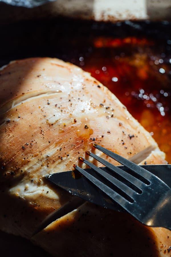 Грудь индюка с специями, розмаринового масла в соевом соусе Нож и вилка, первый проход стоковая фотография rf