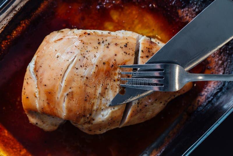 Грудь индюка с специями, розмаринового масла в соевом соусе Нож и вилка, первый проход стоковые фото