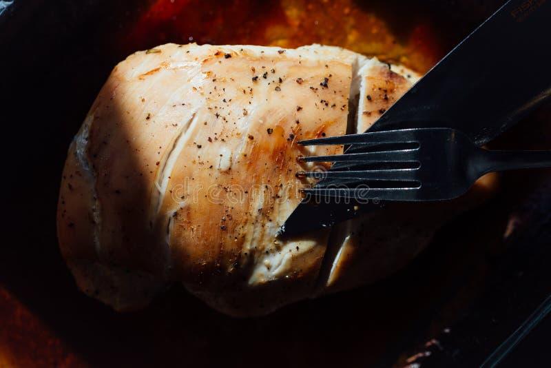 Грудь индюка с специями, розмаринового масла в соевом соусе Нож и вилка, первый проход стоковая фотография