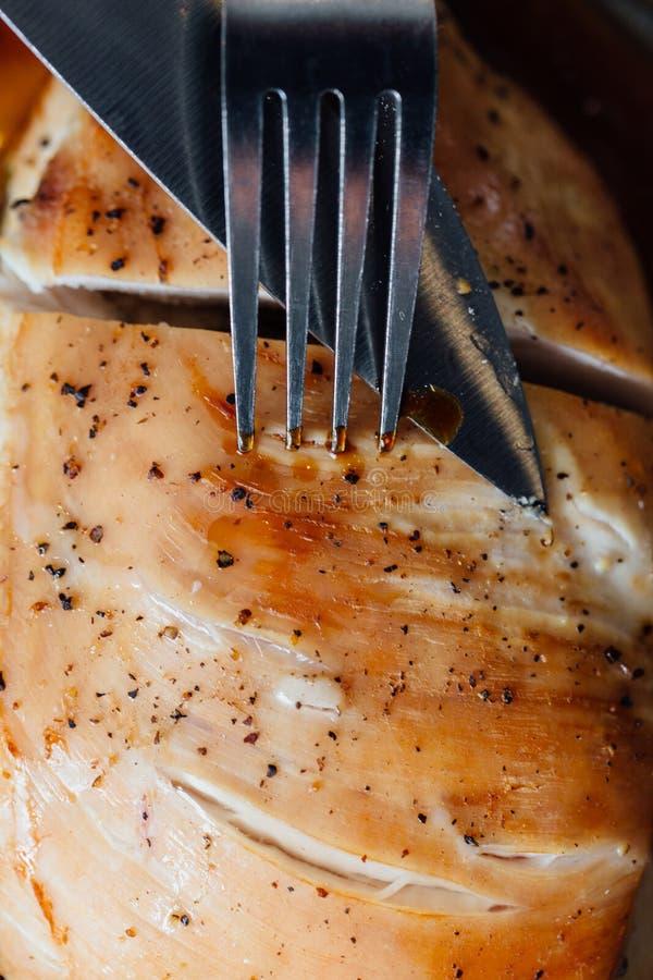 Грудь индюка с специями, розмаринового масла в соевом соусе Нож и вилка, первый проход стоковые фотографии rf