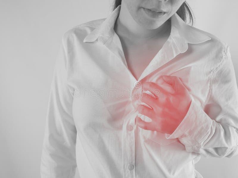 Грудь молодой азиатской женщины касающая и боль в груди иметь, концепция стоковая фотография rf