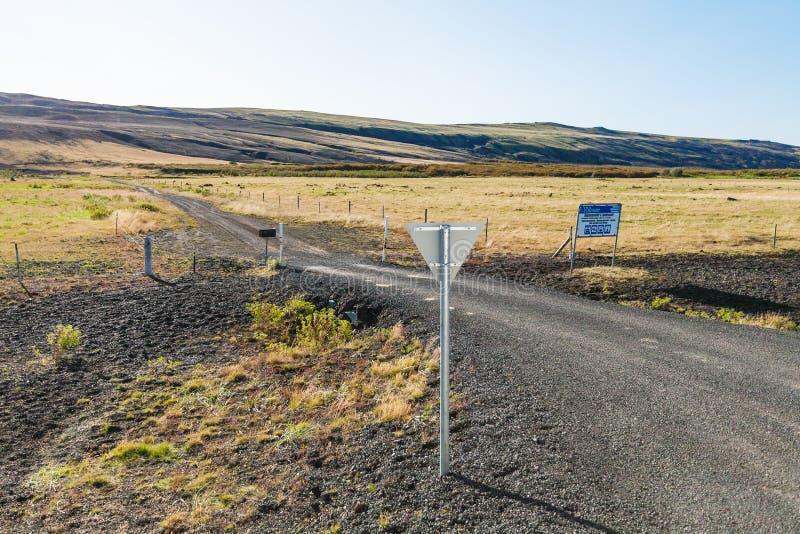 Грязная улица к Rjupnavellir располагаясь лагерем в Исландии стоковая фотография rf