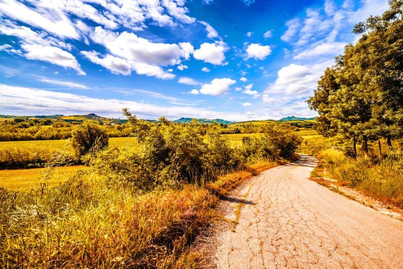 Грязная улица холмы Тосканы и Romagna Apennines стоковые изображения