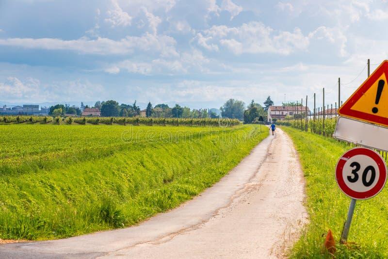 Грязная улица сельской местности и деревянная загородка стоковая фотография