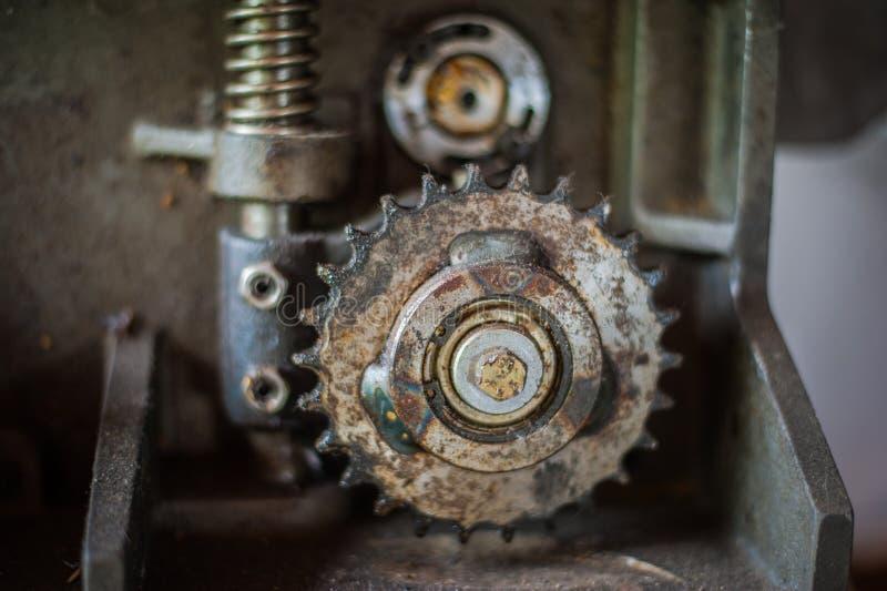 Грязная шестерня металла катит внутри мастерскую стоковое изображение