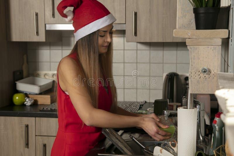 Грязные блюда в раковине, женщина делают чистку стоковое изображение rf