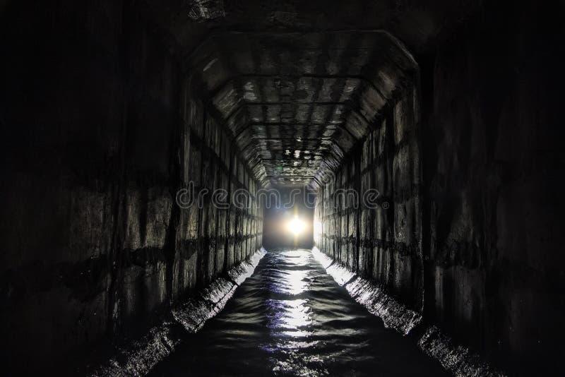 Грязные городские нечистоты пропуская через прямоугольный тоннель сточной трубы под Москвой стоковое фото rf