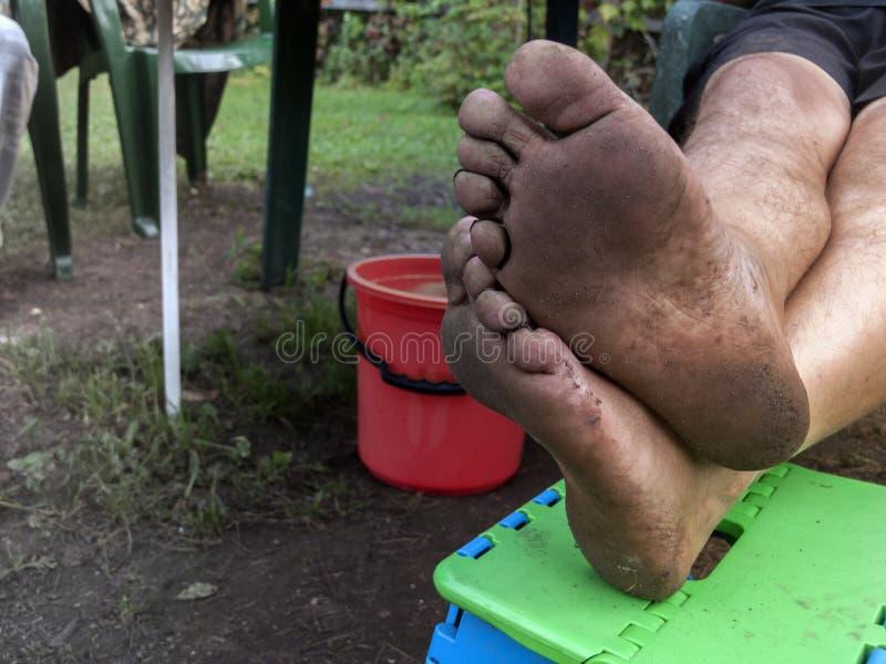 Грязные ноги отдыхать стоковое изображение rf