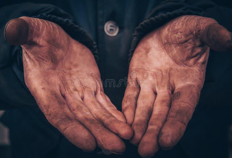Грязные руки человека, деятеля, человек стекли его руки пока работающ, бедный человек стоковые фотографии rf