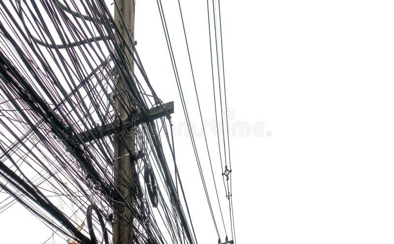 Грязные электрические кабели и провода на электрическом поляке изолированном на w стоковые фото
