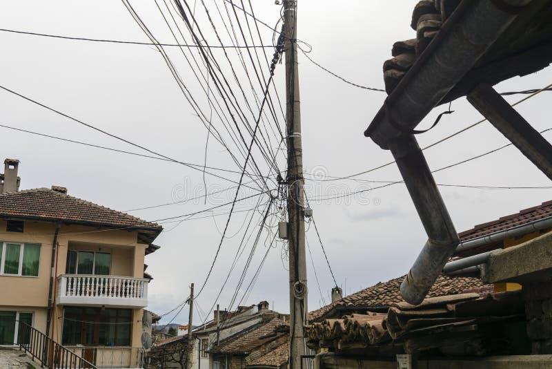 Грязные электрические кабели и провода на электрическом поляке стоковое изображение