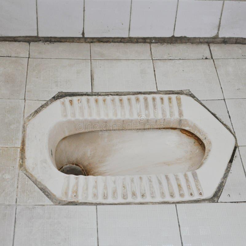 Грязный белый низкий туалет иллюстрация штока