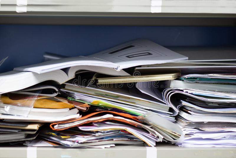 Грязный документ и канцелярские товары файла в ящиках для хранения карточк стоковые фотографии rf
