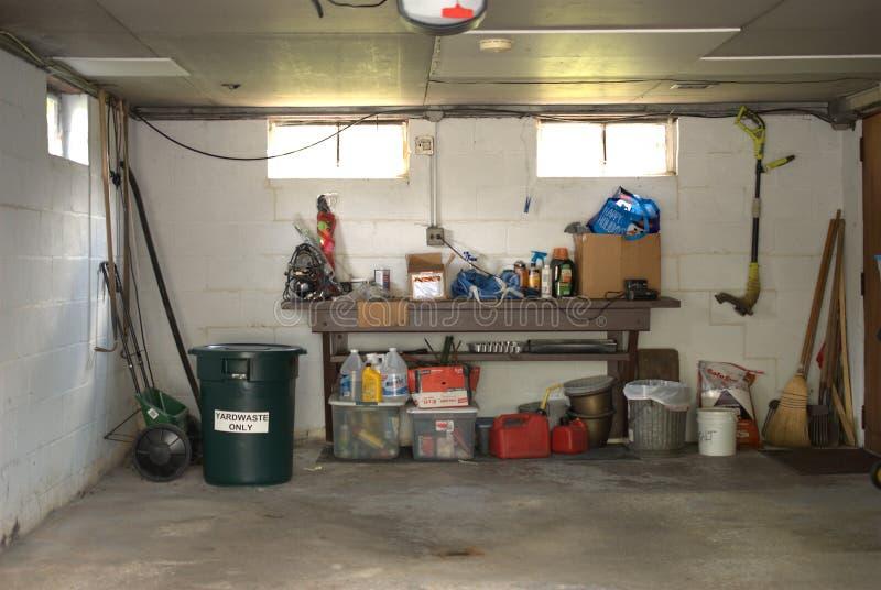 Грязный интерьер гаража домочадца стоковые изображения