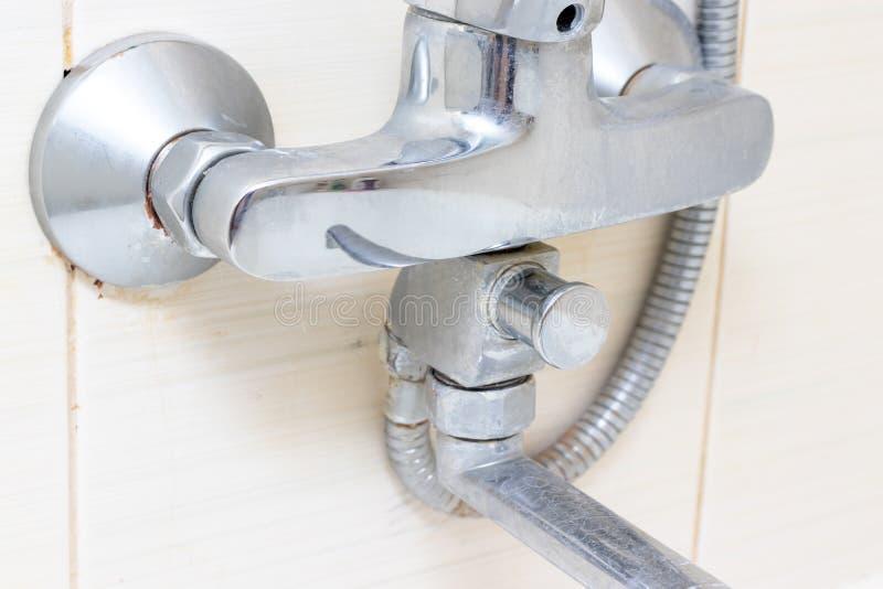 Грязный обызвествлянный кран смесителя ливня, faucet с limescale на ем, концом вверх стоковая фотография rf