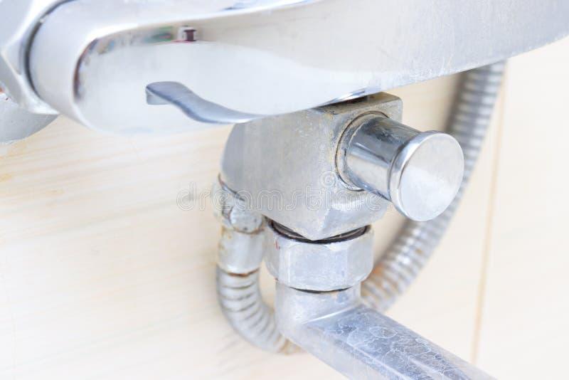 Грязный обызвествлянный кран смесителя ливня, faucet с limescale на ем, концом вверх стоковые изображения