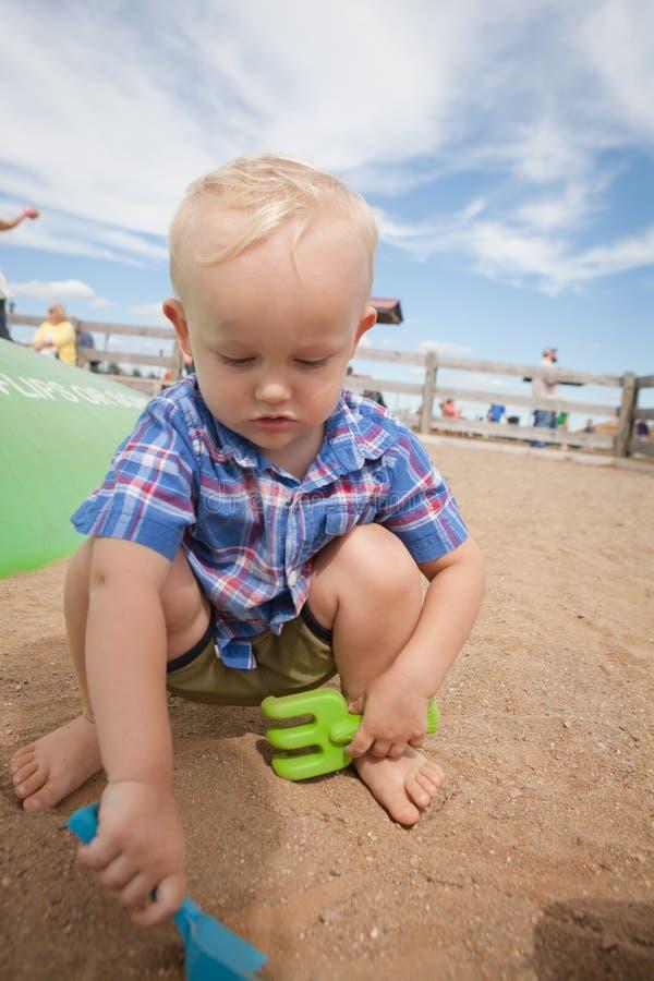 грязь мальчика выкапывая стоковая фотография rf