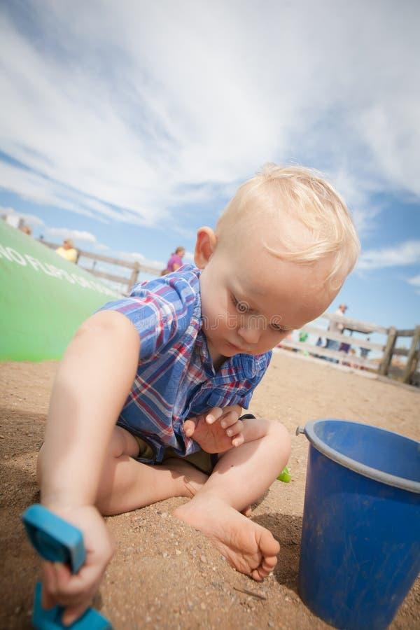 грязь мальчика выкапывая стоковые изображения rf