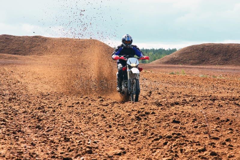 грязь управляя мотовелосипедом offroad стоковые изображения rf
