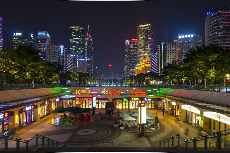 ГУАНЧЖОУ, КИТАЙ - декабрь 29, 2018: взгляд ночи городского пейзажа Гуанчжоу с небоскребами и современными зданиями в деле Zhujian стоковая фотография rf