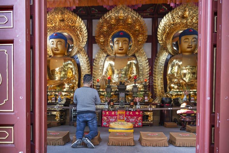 Гуанчжоу, Китай - 28-ое декабря 2018: Статуи старых китайских художественных золотых buddhas, в Temple of The Six Banyan Trees ( стоковое изображение rf