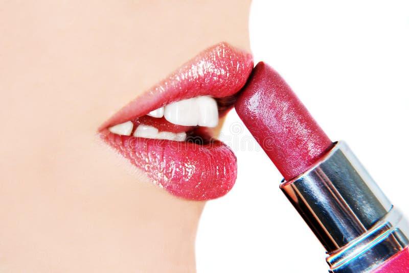губная помада кладя женщину стоковое изображение rf