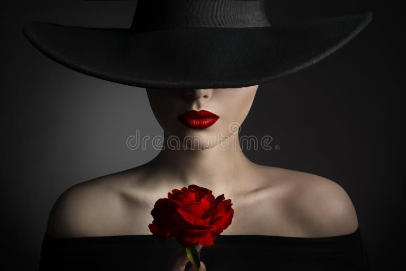 Губы женщины цветка красной розы и черная шляпа, красота фотомодели стоковые фото