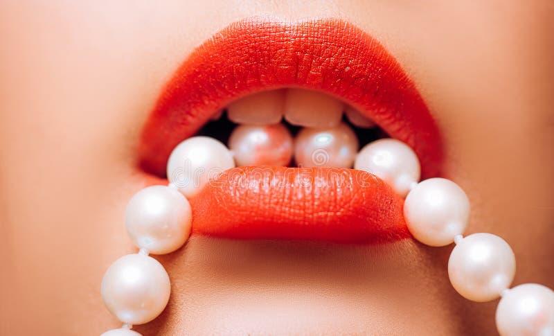 губы красные Роскошные губы с жемчугами Губы текстуры и штейновая губная помада Пурпурная матовая губная помада Штейновые красные стоковые изображения rf