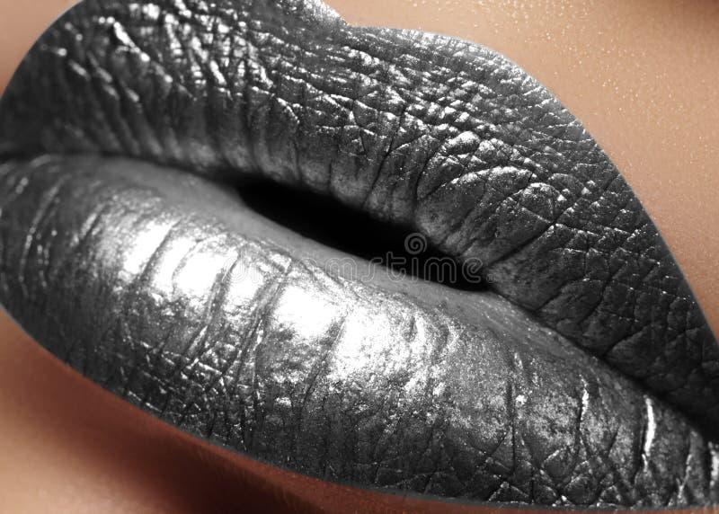 Губы крупного плана женские пухлые с серебряным макияжем цвета Мода празднует состав, косметику яркого блеска Тип рождества стоковая фотография rf