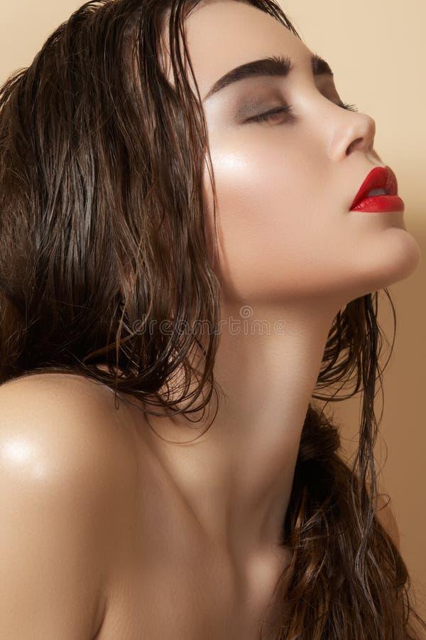 губы способа пляжа делают модельный сексуальный тип вверх стоковые фото