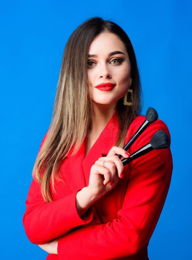 Губы шикарного макияжа дамы красные Привлекательная женщина прикладывая щетку макияжа Усильте доверие с ярким макияжем o стоковое изображение rf