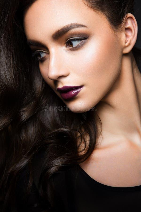 губы highlighter стиля причёсок лоска очарования красивейшего темного способа бровей свежие делают составом модельный портрет ром стоковое изображение rf