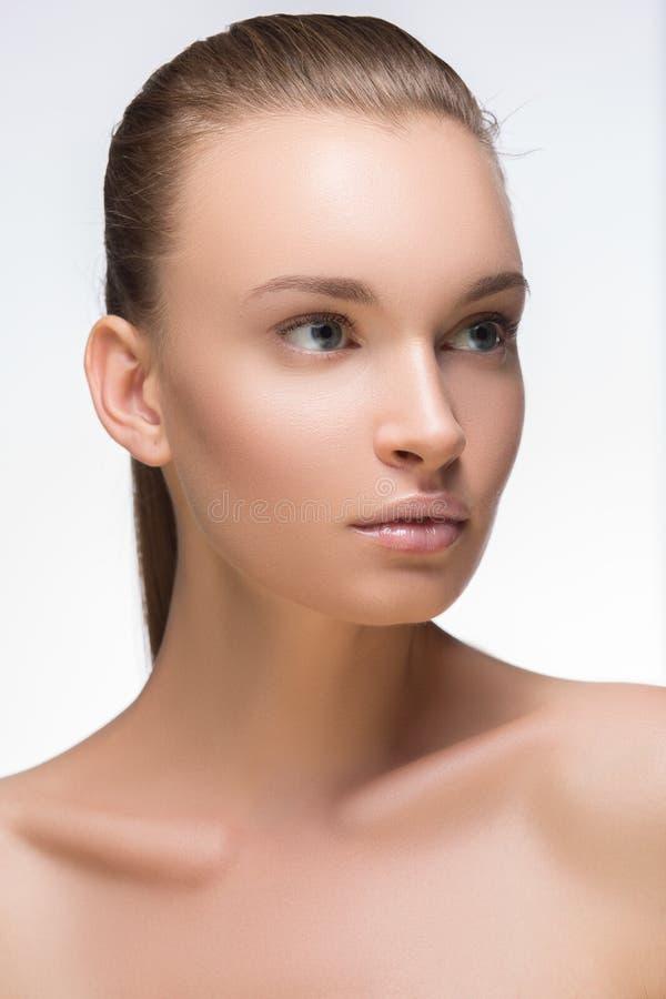 губы highlighter стиля причёсок лоска очарования красивейшего темного способа бровей свежие делают составом модельный портрет ром стоковое фото rf