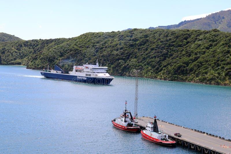 Гужи связанные вверх по как парому Bluebridge приезжают на Picton стоковые фото