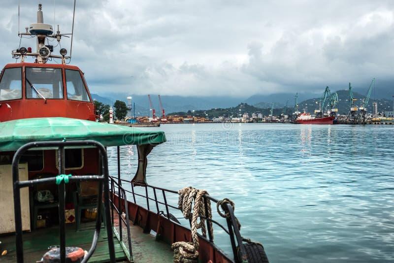 Гуж маленькой лодки в порте стоковое изображение rf