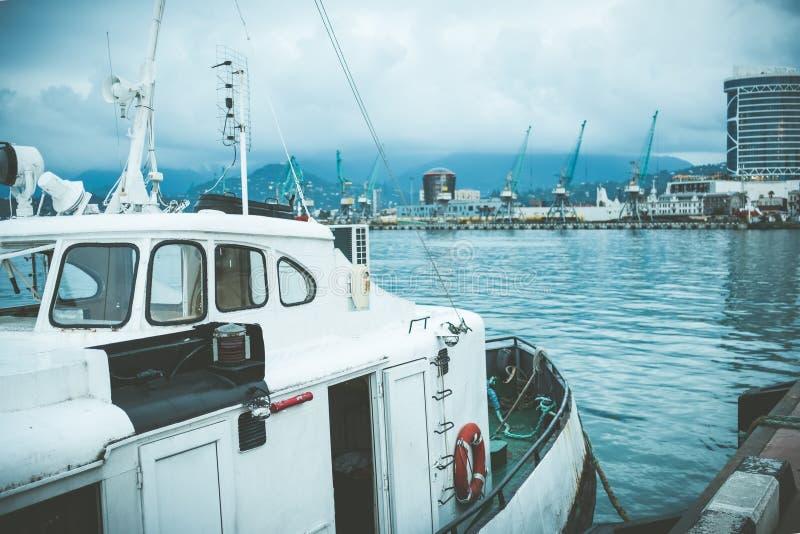 Гуж маленькой лодки в порте стоковые фотографии rf