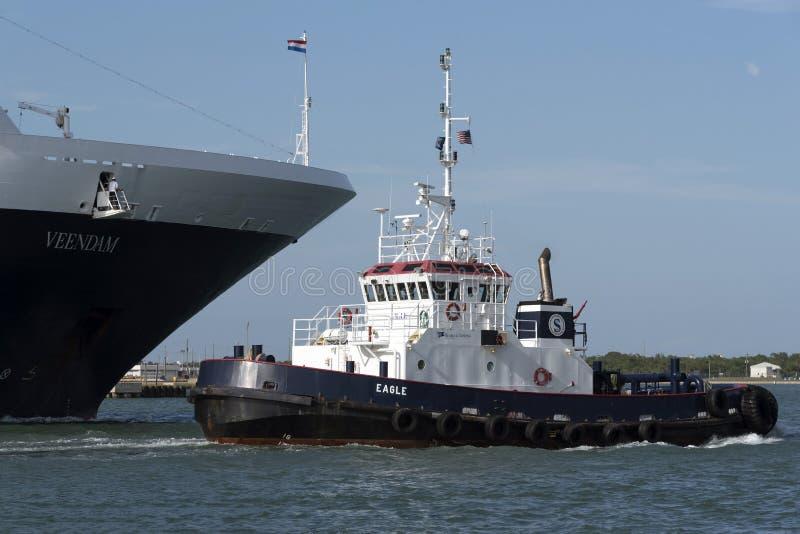 Гуж причаливая туристическому судну для того чтобы дать помощь стоковые фото