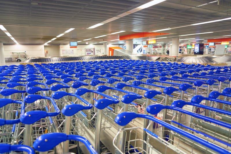 гулять вагонеток магазина людей свободного багажа фокуса поля обязанности глубины авиапорта ближайше вне селективный отмелый стоковое изображение