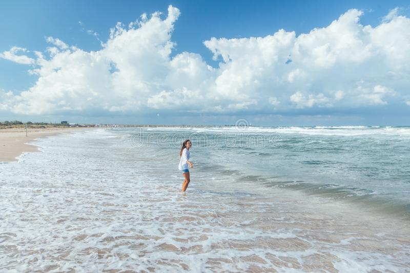 гулять девушки пляжа стоковые фото