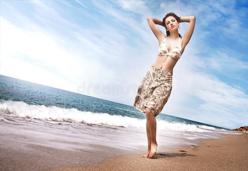 гулять девушки пляжа стоковое изображение rf