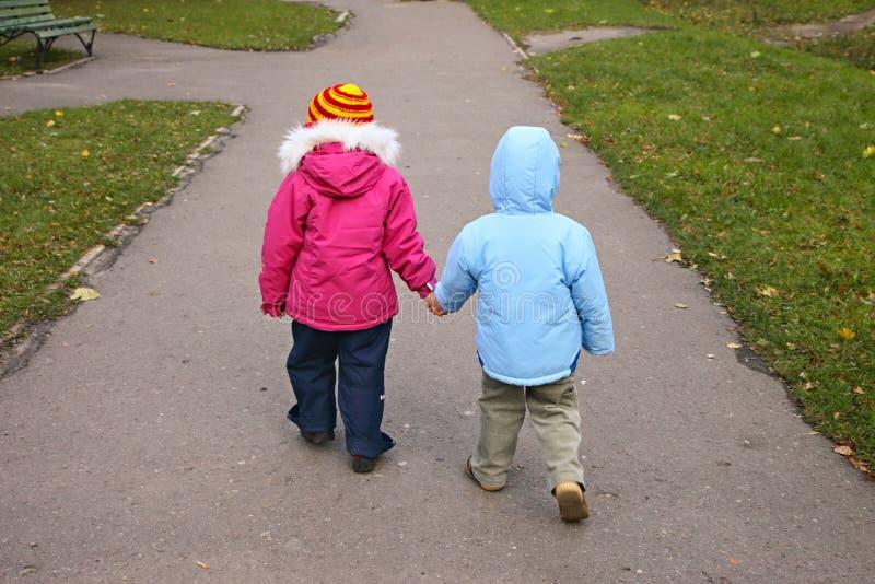 гулять детей стоковая фотография