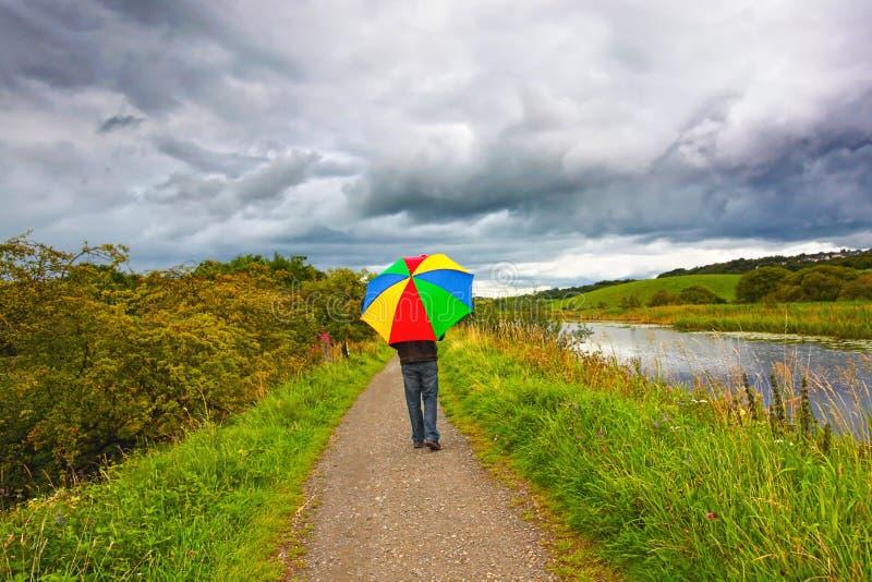 гулять дождя человека стоковые изображения rf