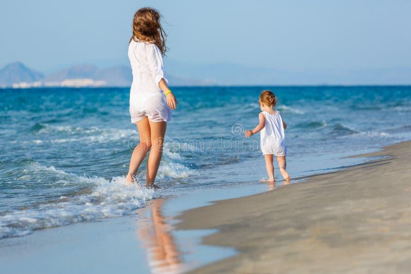 гулять мати дочи пляжа стоковая фотография