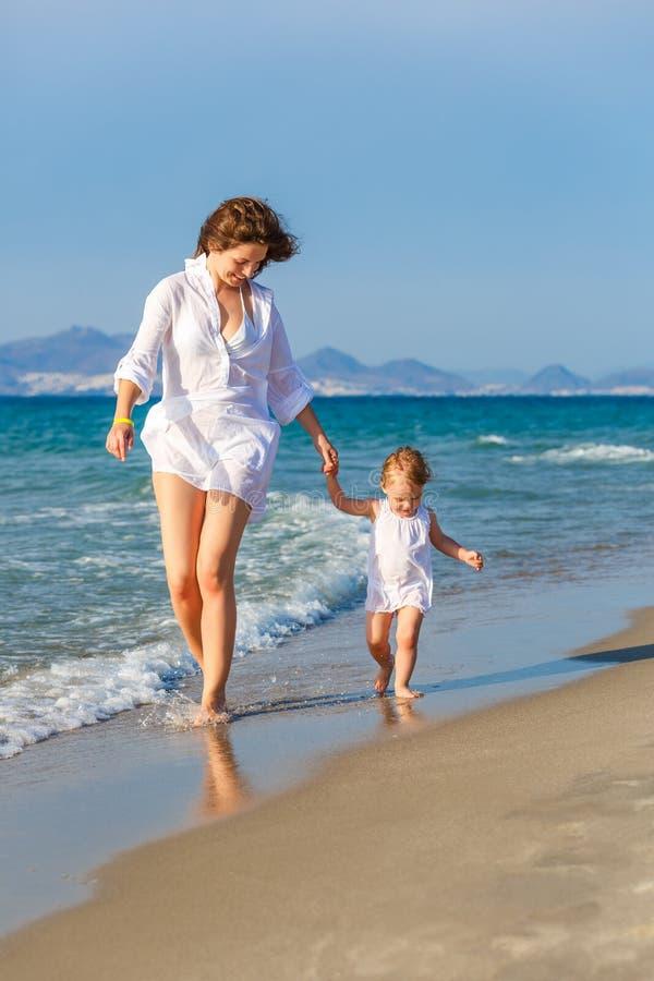 гулять мати дочи пляжа стоковое изображение