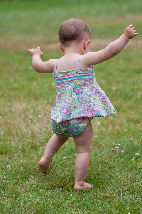 гулять младенца стоковая фотография